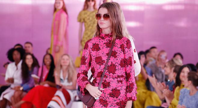 Tons de rosa e padrões florais estão na coleção apresentada na NYFW