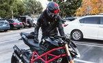 A moto, aliás, já foi pintada para ficar na cor preta. Talvez quisesse deixar o veiculo mais discreto
