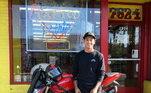 Além das motos de trilha, o skatista ainda tira um tempo para viajar com suaDucati Monster 1200. A moto pode chegar ao preço de R$ 62 mil