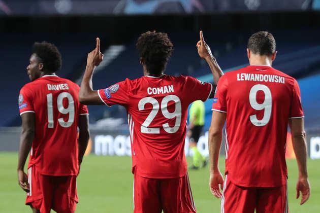 O agradecimento de Coman, erguendo as mãos para os céus após balançar a rede. O gol único deu o título ao Bayern.