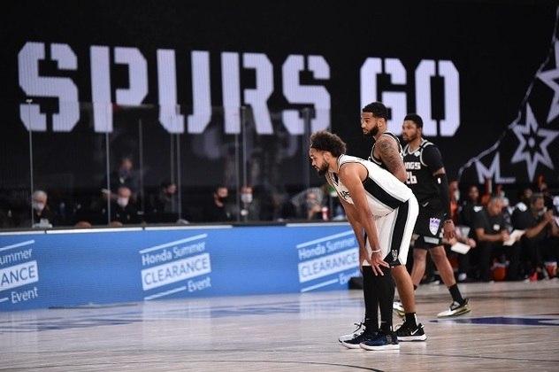 O ala-armador Derrick White (San Antonio Spurs) igualou sua melhor marca pessoal na NBA ao anotar 26 pontos durante a vitória sobre o Sacramento Kings na noite de sexta-feira. White, que ainda pegou oito rebotes e distribuiu cinco assistências, acertou quatro das nove tentativas de três pontos