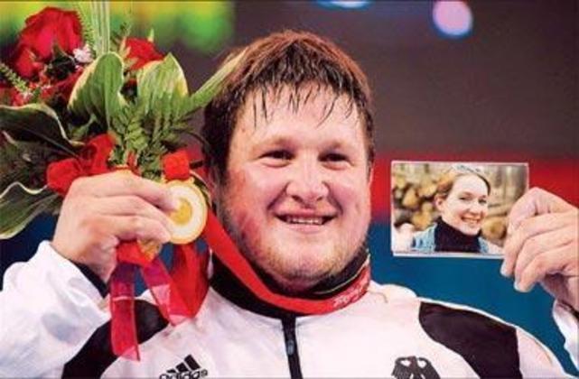 O alemão Mathias Steiner foi ouro no levantamento de peso em 2008. Ao soltar o peso de 208 kg, ajoelhou-se e chorou. No ano anterior, ele perdeu a esposa em acidente e prometeu a medalha
