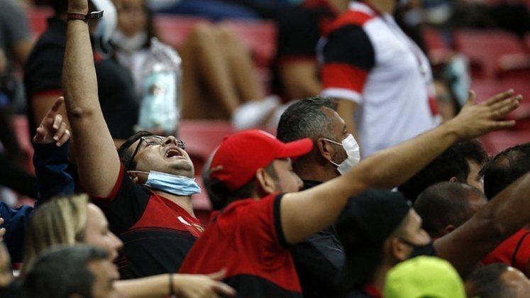 O alívio veio no segundo tempo com gols de Arrascaeta e Vitinho (2).