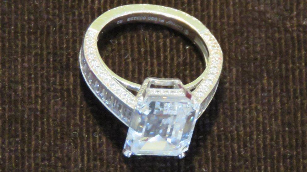 Anel de diamantes que vale R$ 4,8 milhões é chave para investigar mulher que gastou fortuna em loja