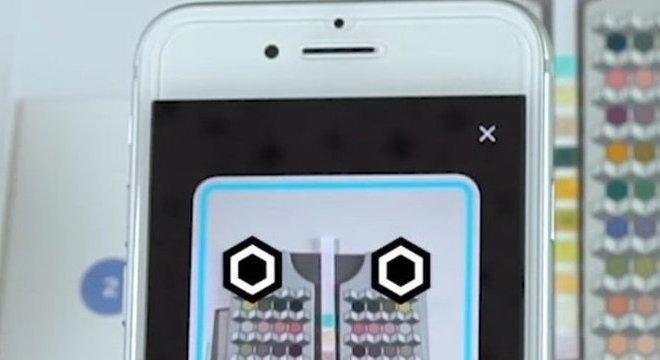 O aplicativo de exame de urina analisa a vareta e avalia as alterações de cor em relação a um gráfico