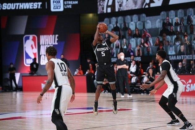 O armador De'Aaron Fox (Sacramento Kings) brilhou sozinho por sua equipe na derrota para o San Antonio Spurs na sexta-feira por 129 a 120. Fox somou 39 pontos (melhor marca pessoal) e distribuiu seis assistências. O atleta, que está em seu terceiro ano na NBA, converteu somente um dos sete arremessos de três