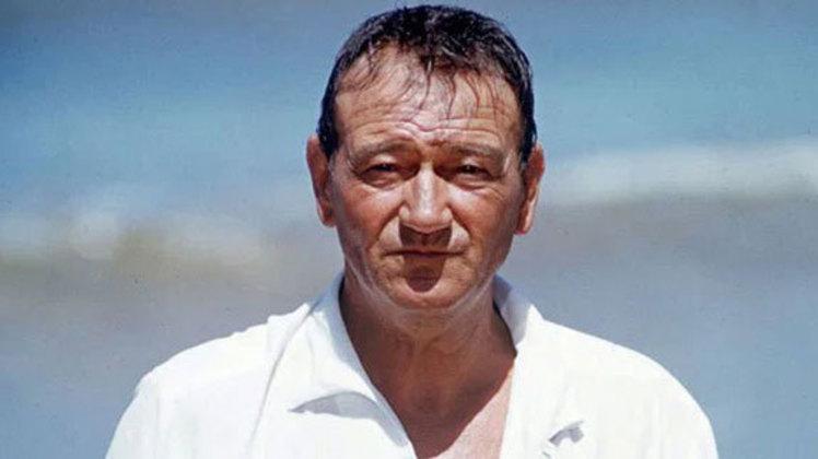 O astro de filmes de faroeste John Wayne jogou por USC no College Football em 1925, chegando a disputar um Rose Bowl, inclusive.