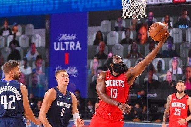 O astro James Harden (Houston Rockets) ficou muito próximo de fechar a partida diante do Dallas Mavericks com 50 pontos. Na vitória por incríveis 153 a 149, após prorrogação, Harden teve dois lances livres no final do embate, mas acabou falhando no primeiro. Ele totalizou 49 pontos, nove rebotes, oito assistências, três roubadas e três bloqueios