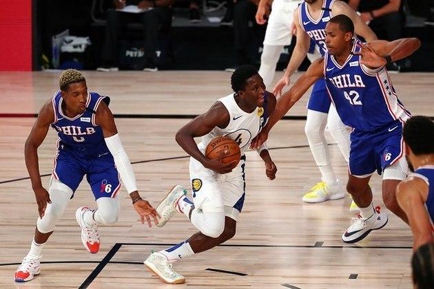 O astro Victor Oladipo (Indiana Pacers) finalmente deixou o mistério para trás e atuou na vitória de sua equipe sobre o Philadelphia 76ers na noite de sábado. Inicialmente, Oladipo afirmou que não pretendia atuar. Caso não jogasse na Flórida, ele poderia perder até US$3 milhões em bônus. Fez 15 pontos e pegou sete rebotes