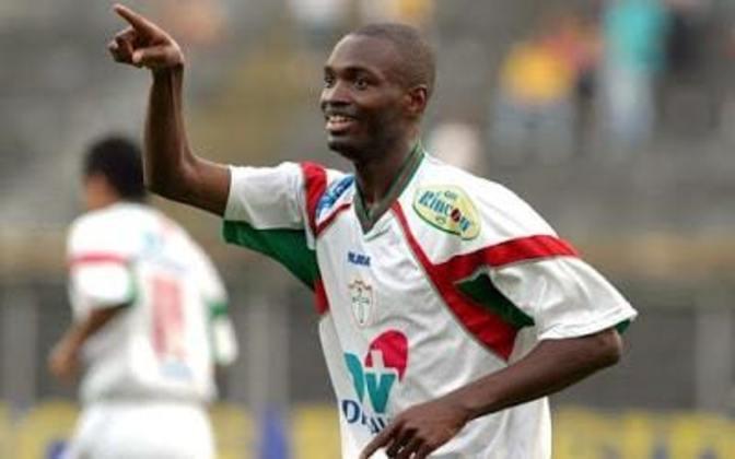 O atacante angolanoJohnson Macaba veio para o Brasil aos sete anos de idade, se profissionalizou no São Bernardo e passou por clubes médios no país como Londrina, Gama, Portuguesa e Goiás.