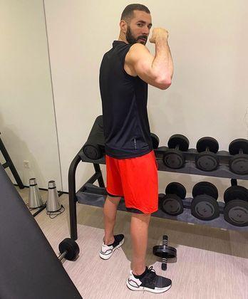 O atacante Benzema, do Real Madrid (ESP), trabalha para manter a forma em dia