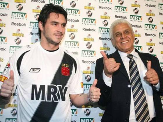 O atacante chileno Pinilla chegou ao Vasco em 2008 com pompas pela experiência internacional. No entanto, teve pouquíssimas oportunidades de atuar em São Januário, fazendo somente três jogos.