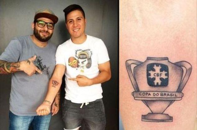 O atacante Cristaldo tatuou a conquista da Copa do Brasil de 2015, com o Palmeiras, em seu braço esquerdo