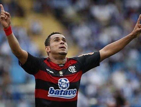 O atacante de Jequié, na Bahia, teve uma passagem marcante no Flamengo, mas pelo lado negativo. Isso porque Val Baiano não teve bons números na equipe carioca e demorou mais de 10 jogos para desencantar com a camisa rubro-negra.