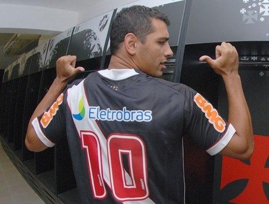O atacante Diego Souza processou o Vasco por uma dívida de aproximadamente R$ 1,1 milhão. O jogador vestiu a camisa do Gigante da Colina entre 2011 e 2012.
