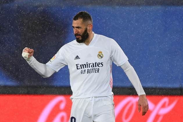 O atacante francês Karim Benzema veste a camisa do Real Madrid desde o ano de 2009