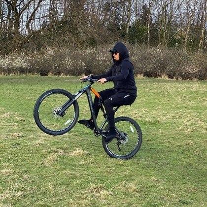 O atacante Gabriel Jesus, do Manchester City (ING), mostrou que tem habilidade também com a bicicleta