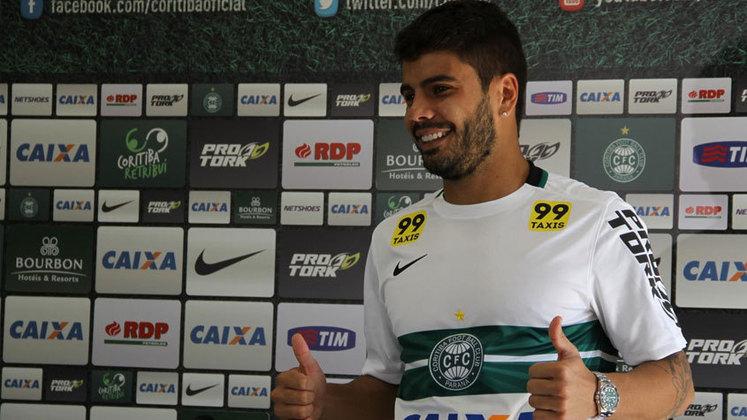 O atacante Henrique Almeida atuou pelo Coritiba na temporada passada e agora está sem clube