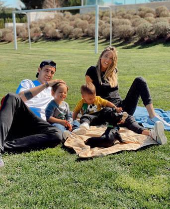 O atacante Álvaro Morata, do Atlético de Madri (ESP), preferiu passar o tempo livre na quarentena ao lado da família