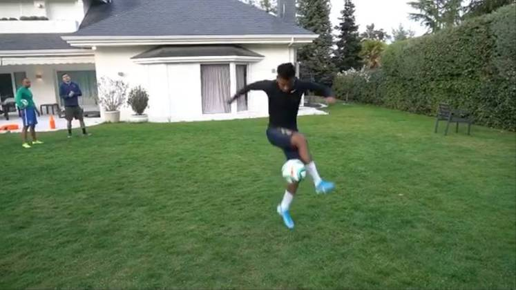 O atacante Rodrygo, do Real Madrid (ESP), aproveitou um tempo livre durante a quarentena para mostrar um pouco da sua habilidade
