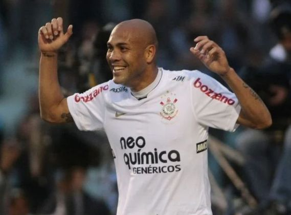 O atacante Souza, que jogava no Corinthians em 2010, respondeu a torcida do Vasco com gestos obscenos após a derrota do Alvinegro. Ele atuou no Cruz-Maltino por cinco anos e sempre teve problemas com torcedores. Ele acabou suspenso por dois jogos.