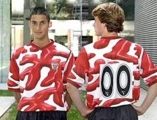 O Athletic Bilbao também inovou após ficar sem fornecedor de camisas e apresentou uma camisa com manchas em vermelho, que logo foram assimiladas com ketchup, obrigando o clube a mudar o desenho das camisas pouco tempo após o seu lançamento