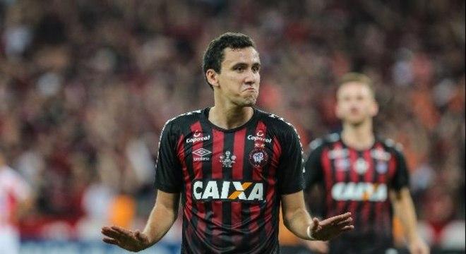 O Athletico não aceitou a segunda oferta do Flamengo pelo atacante Pablo, encerrando a negociação. O Rubro-Negro fez uma proposta de 7 milhões de euros (cerca de R$ 33 milhões), recusada pelo clube paranaense. A primeira proposta foi de 6 milhões de euros. Após a novela com o clube da Gávea, Pablo acabou acertando sua transferência para o São Paulo (Foto: Geraldo Bubniak/AGB)