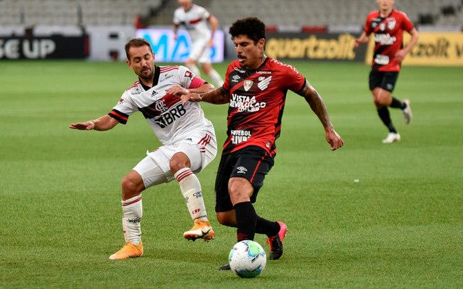 O Athletico-PR levou um 3 a 0 do Flamengo na Supercopa do Brasil, em fevereiro. Depois, perdeu por 4 a 0 do rival Coritiba no Paranaense, em março