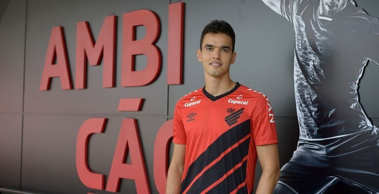 O Athletico também anunciou o zagueiro Felipe Aguilar, que estava no Santos. O Furacão pagou R$ 10 milhões ao Peixe por 50% dos direitos econômicos do defensor, que se tornou a contratação mais cara do clube.