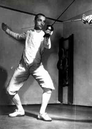 O atleta italiano que conquistou mais medalhas olímpicas na história é Edoardo Mangiarotti. O esgrimista conquistou 13 premiações - seis ouros, cinco pratas e dois bronzes