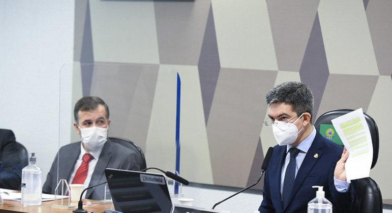 O auditor do TCU Alexandre Figueiredo Costa Silva Marques ao lado do vice-presidente da CPI da Covid, senador Randolfe Rodrigues (Rede-AP), durante depoimento sobre suposto 'relatório paralelo'