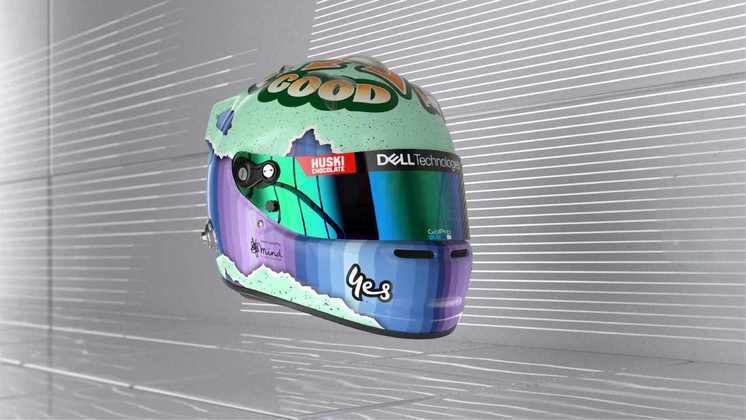 O australiano mudou as cores do capacete, agora usando verde e uma mensagem motivacional no topo do casco