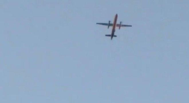 O avião foi filmado por várias testemunhas após a decolagem não autorizada