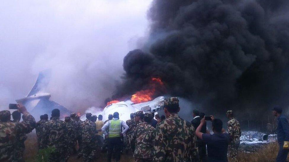 Sobreviventes descrevem horror em avião que se chocou durante pouso no Nepal
