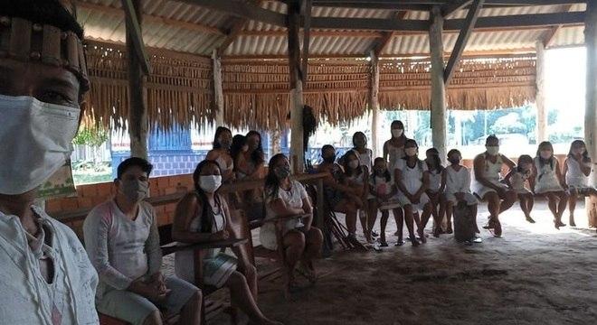 O avô cacique destaca que as reuniões na aldeia agora são sempre de máscara