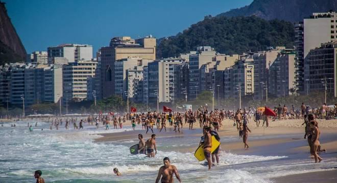 Praia do Leme, no Rio de Janeiro, neste domingo (2)