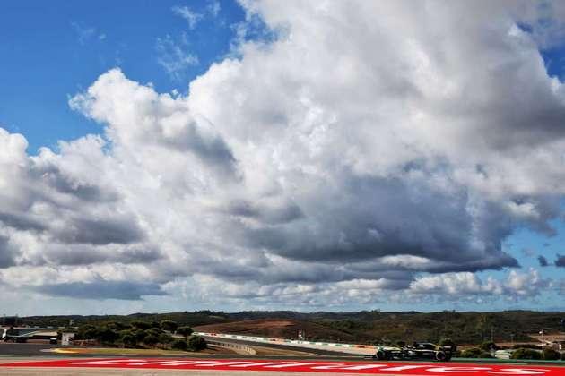 O belo visual de Portimão com a Renault de Daniel Ricciardo acelerando