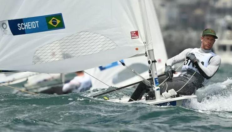 O bicampeão olímpico Robert Scheidt terminou o primeiro dia de regatas na classe laser em terceiro na classificação geral. Schedit disputa a sua sétima Olimpíada da carreira.