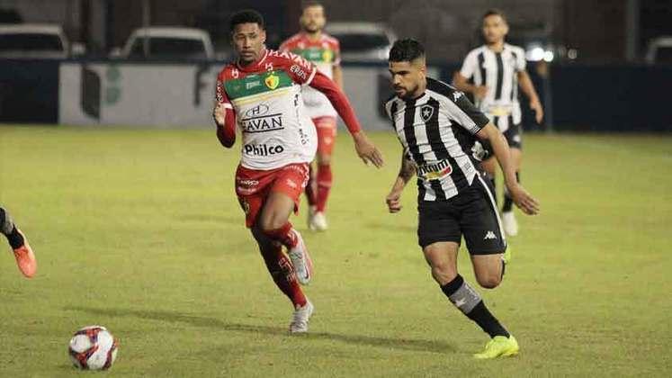 O Botafogo teve um início promissor de partida no Estádio Augusto Bauer, no qual Diego Gonçalves abriu o placar. No entanto, após um segundo tempo inferior, a equipe abriu caminho para Thiago Alagoano e Edu garantissem uma virada por 2 a 1 do Brusque na noite deste sábado (17), pela décima-segunda rodada da Série B. Veja as atuações do LANCE!. Notas por Vinícius Faustini (faustini@lancenet.com.br)