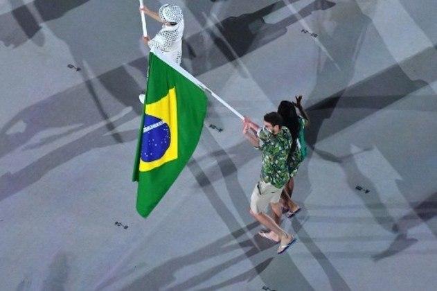 O Brasil desfilou com uma equipe reduzida. Os atletas brasileiros foram representados pelos porta-bandeiras Ketleyn Quadros, bronze em Pequim 2008 com o judô feminino, e Bruninho, ouro no Rio 2016 com o vôlei de quadra masculino.