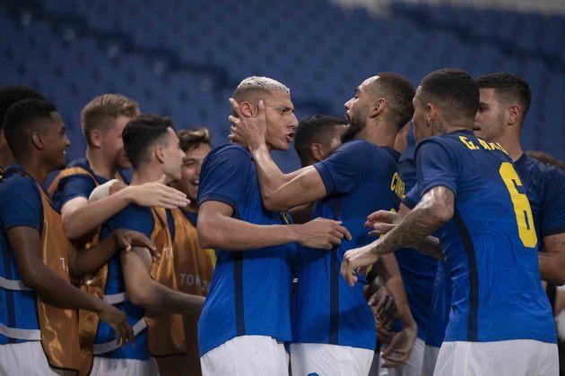 O Brasil está classificado para as quartas de final do futebol masculino. Com dois gols de Richarlison e um de Matheus Cunha, a Seleção Brasileira derrotou a Arábia Saudita por 3 a 1 e avançou em primeiro lugar no Grupo D com sete pontos.