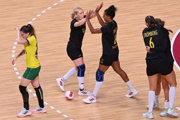 O Brasil se complicou no handebol feminino. A Seleção Brasileira foi derrotada pela Suécia por 34 a 31 e terá que decidir a vaga nas quartas de final na última rodada, contra a França, atual vice-campeã olímpica.