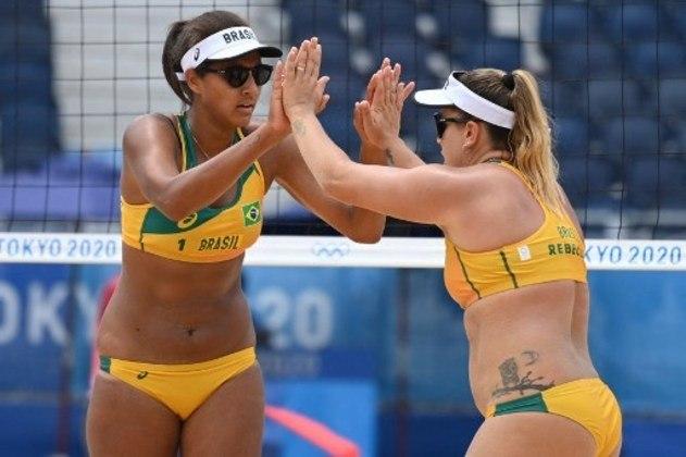 O Brasil segue 100% no vôlei de praia. A dupla Ana Patrícia e Rebecca estreou com vitória sobre as quenianas Makokha e Khadambi por 2 sets a 0 (parciais de 21/15 e 21/9).