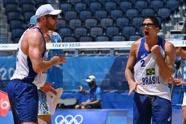 O Brasil venceu a Argentina por 2 sets a 0 (parciais de 21/16 e 21/17) na estreia do vôlei de praia masculino. Ao lado de Álvaro, Alison busca a sua segunda medalha de ouro em Olimpíadas. Nos Jogos do Rio 2016, ganhou o ouro ao lado de Bruno Schmidt. Já em Londres 2012, foi prata com Emanuel.