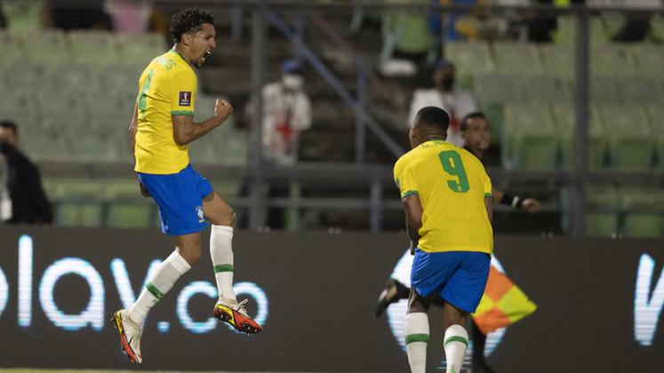 O Brasil venceu a Venezuela de virada por 3 a 1, no Estádio Olímpico da UCV, pela 11º rodada das Eliminatórias para a Copa de 2022. A seleção brasileira não fez uma boa partida, mas conseguiu a virada no segundo tempo após entrada de jogadores com velocidade. Raphinha recebeu nota 7