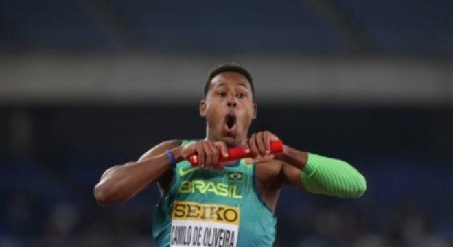 Paulo André vibra ao cruzar a linha de chegada e conquistar o título do 4 x 100 m livre
