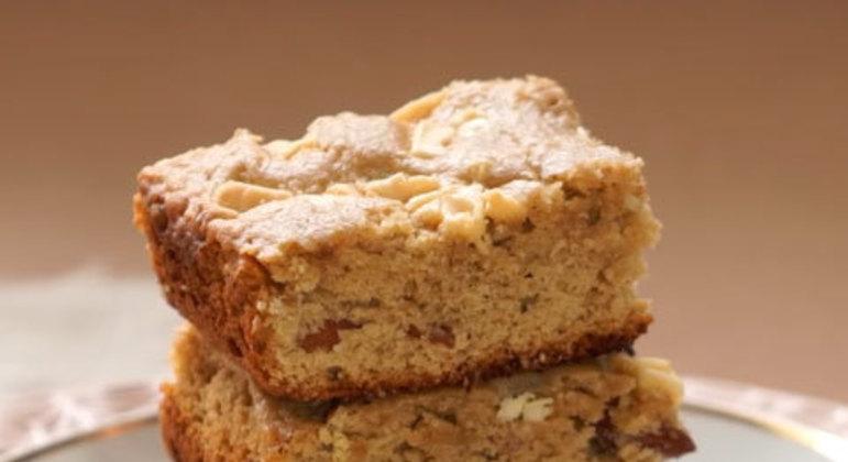 O brownie leva chocolate branco e essência de baunilha, além dos já comuns manteiga sem sal, açúcar, farinha de trigo e ovos.