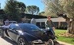O Bugatti Veyron também está na garagem, com poderoso W16 8.0 quadriturbo com 1.200 cavalos.