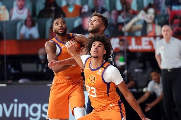 O calouro Cameron Johnson (Phoenix Suns) foi titular mais uma vez e obteve 19 pontos e 12 rebotes no triunfo sobre o Dallas Mavericks. Johnson ainda distribuiu quatro assistências e converteu quatro cestas de três em oito tentativas. No embate, ele superou sua melhor marca em rebotes e igualou em passes decisivos na carreira