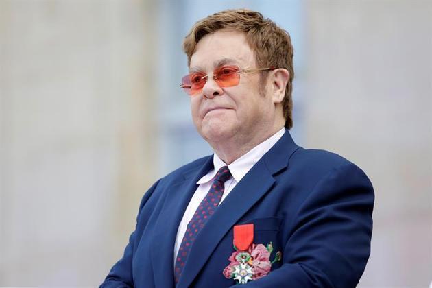 O cantor Elton John já foi presidente do Watford, seu time do coração. Apesar de atualmente não ser mais acionista majoritário, ele tem alguma participação no clube